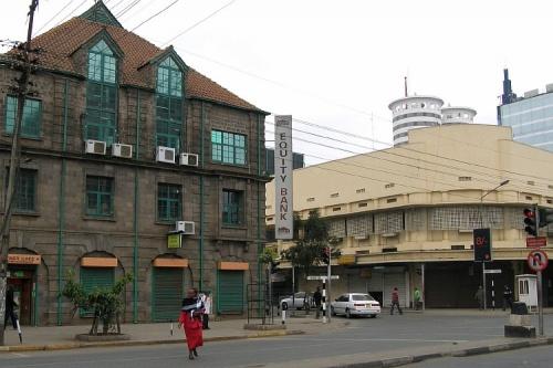 Старые здания соседствуют с новыми