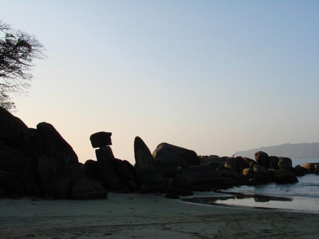 со скалами, прям как на острове Пасхи