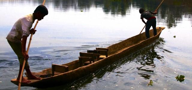 Лодка плывет