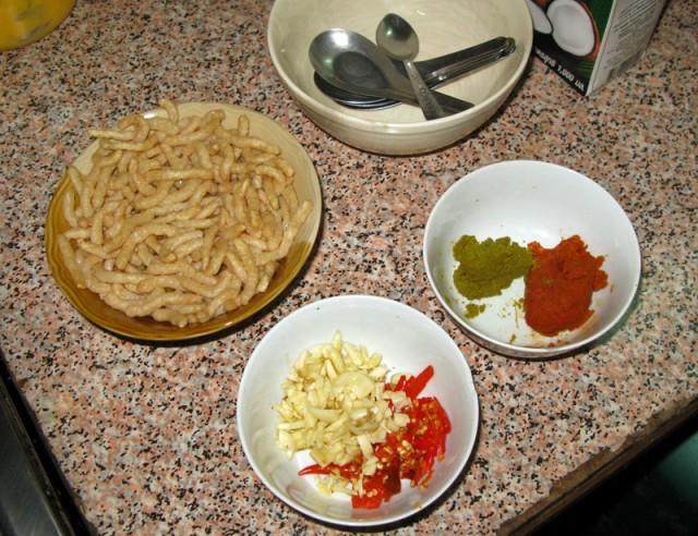 Толченый чили, чеснок и готовые пасты для карри