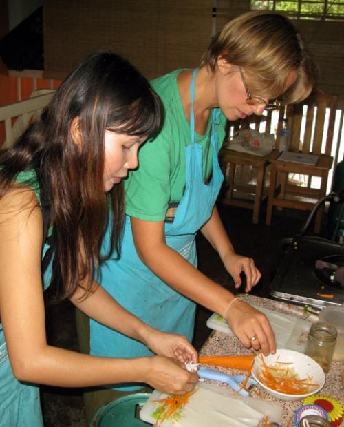 Укладываем овощи с краю основы и заворачиваем