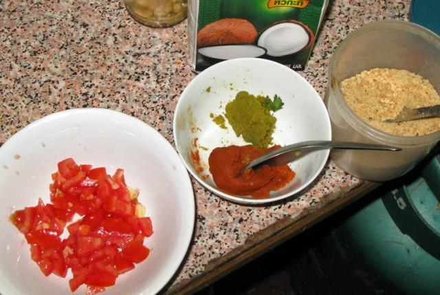 Пасты для зеленого и красного карри (во второй тарелке)