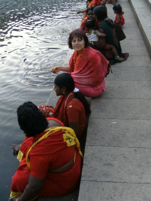 Индуски и не совсем у храмового пруда