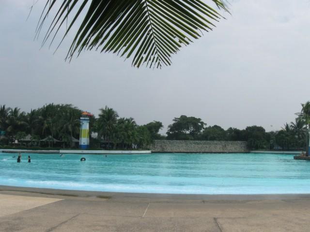 Бассейн. Увы, фото не отражает ни размера бассейна, ни искусственной волны.
