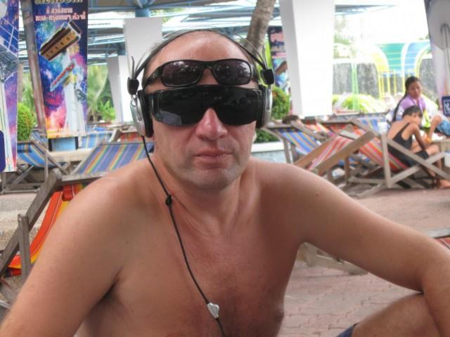 У кого четыре глаза тот похож на водолаза, ну, а если больше глаз -- это тайский водолаз.