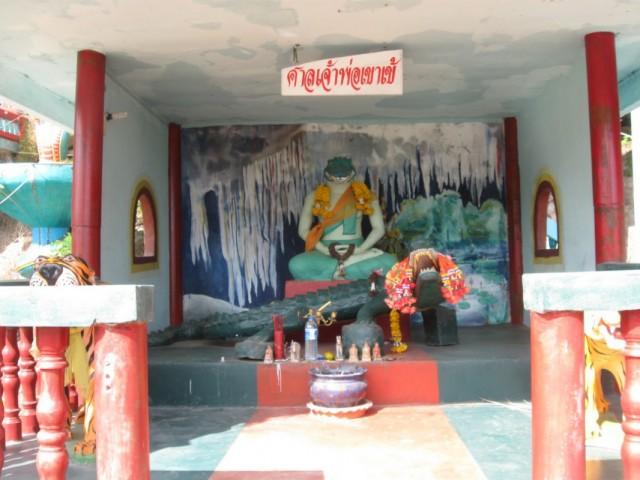 Вот такие сущности живут в тайских храмах.