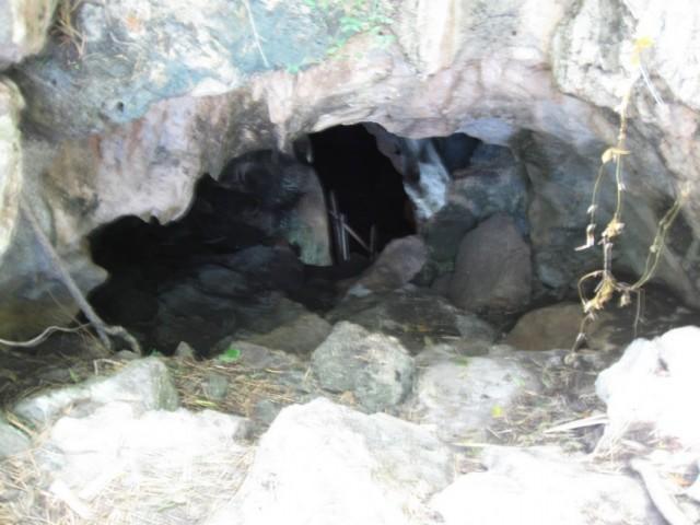 В эту пещеру меня отправил коварный монах. Слава богу, гигантские змеи меня не заметили.