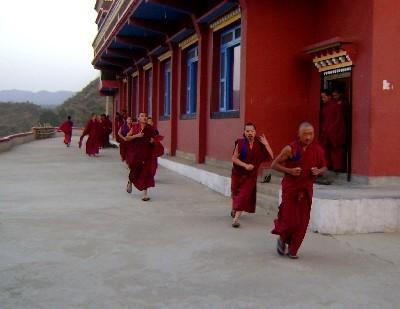 Монахи бегут на благословение
