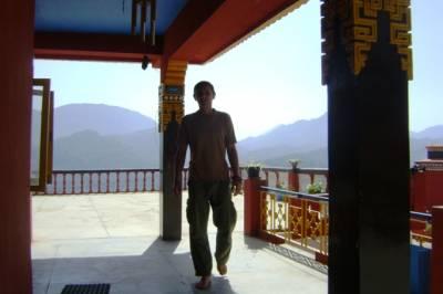 Андрей рядом с резиденцией ринпоче