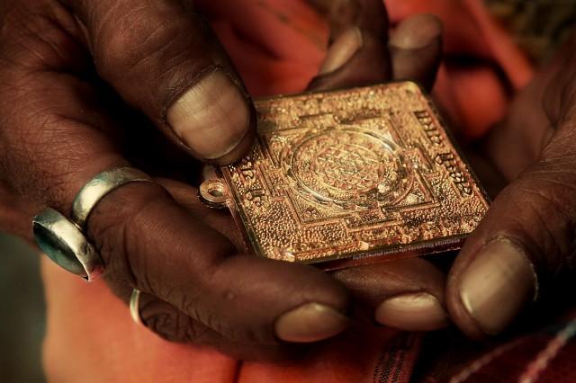 Шри Янтра в руках  Джагдиш Бабы.