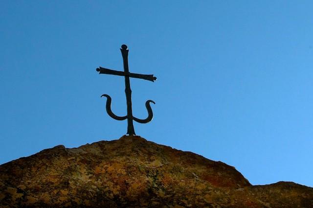 Крест над пещерным храмом