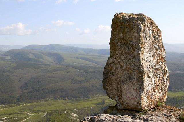 Камень на краю плато