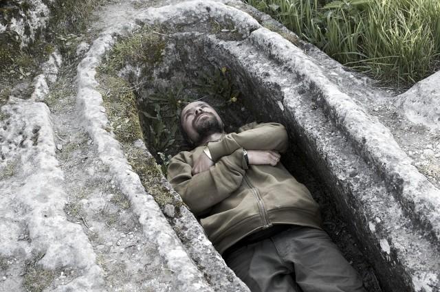 Лежу в могиле