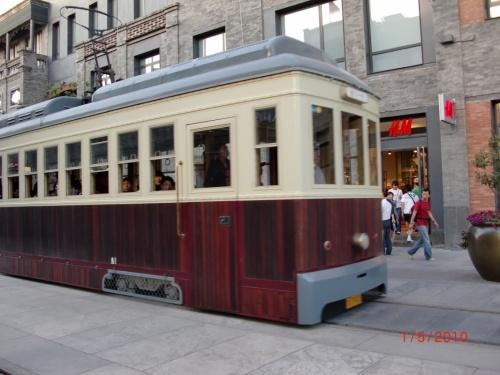 Трамвайчик на торговой улице