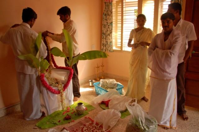 Пока накрывали на стол, жених нас провел в дом. Показать как идет подготовка к пудже.