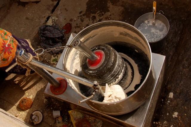 На улице стоит огромная тестомешалка - готовит тесто для сегодняшнего обеда