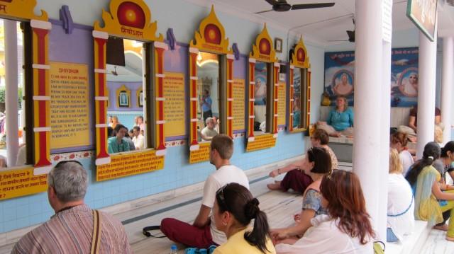Медитация у зеркал в ашраме Шанти Кундж