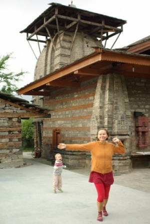 Танцуем с сыном около Храма Кришны