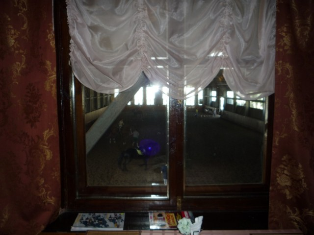 Вид из окна кафе на  крытый манеж