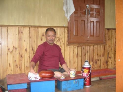Дорже Лама поит нас чаем...