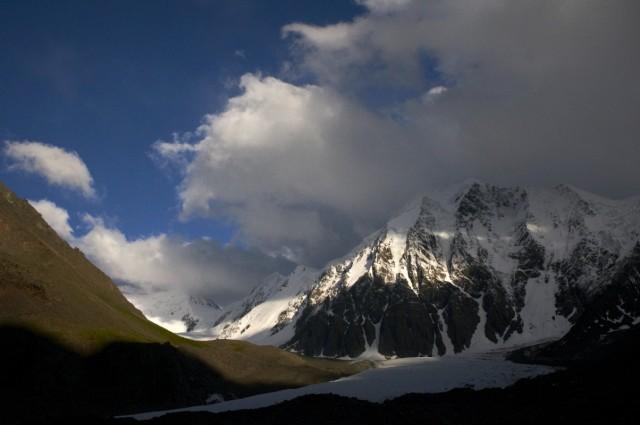 Рукастое облако наплывает на горы