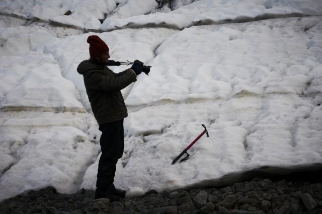На фоне ледника