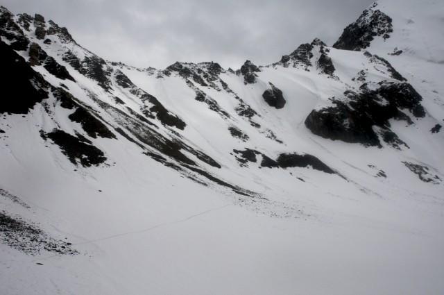 Перевал с другой стороны - если присмотреться, виден оставленный нами след чуть левее центра фото и к левому нижнему углу