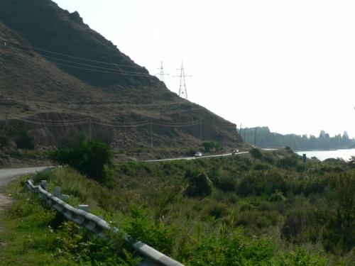 Между горами и озером поместилась только дорога.