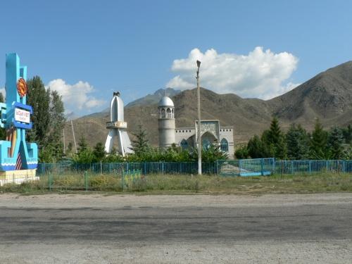 Мечеть с рядом установленным макетом космического корабля