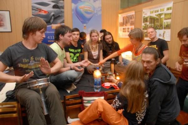 В теплом кругу друзей на Чайно-барабанной вечеринке в Ижевске. Автор фото - Фарит Касимов