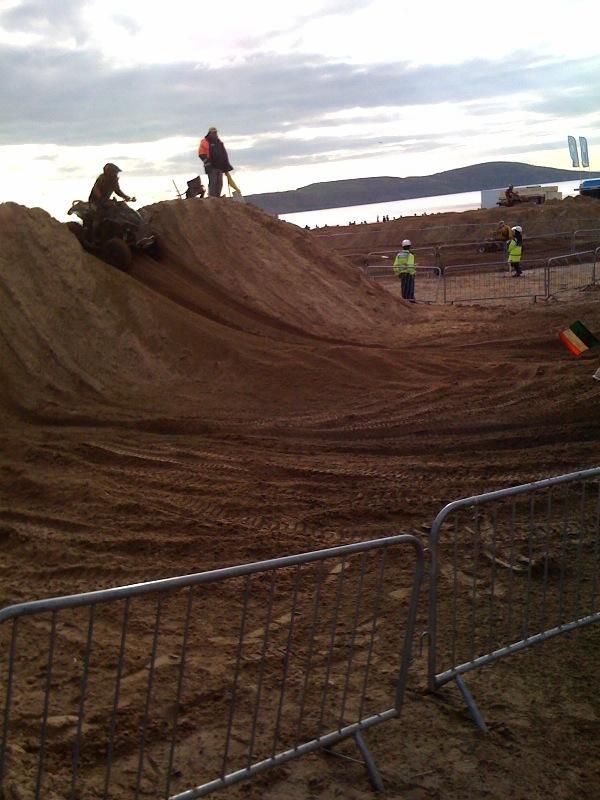 Песок летел во все стороны :)