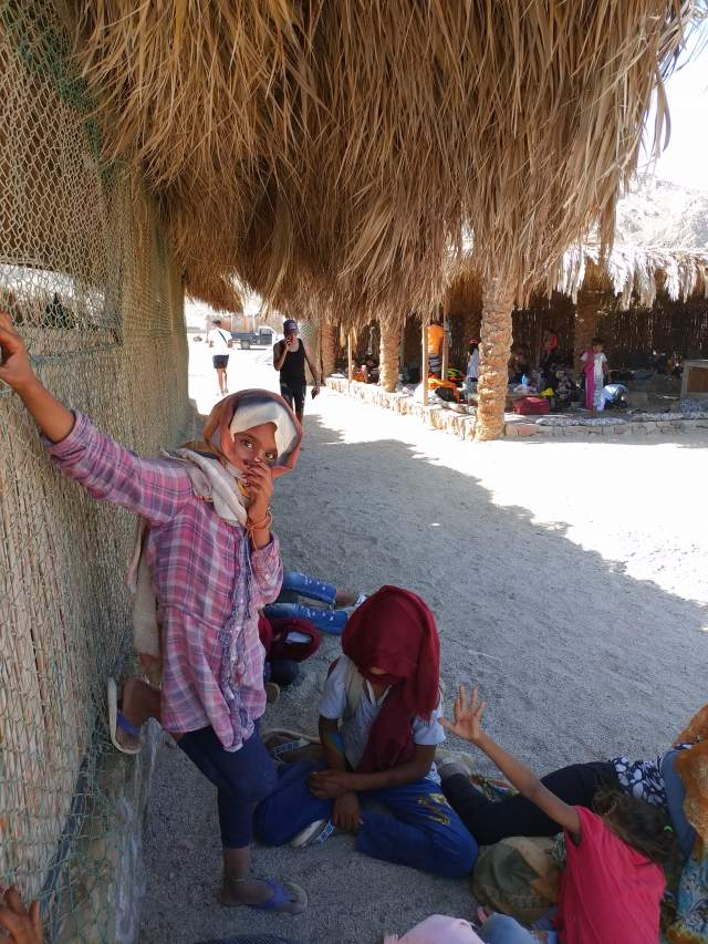 Бедуинские дети прячутся от колдуньи, похищающей души смартфоном