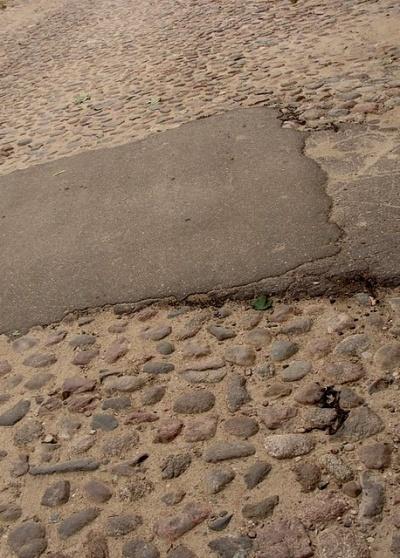вот так они ремонтируют дорогу, которой может лет 100.. а скоро все вовсе закатают в бетон и асфальт