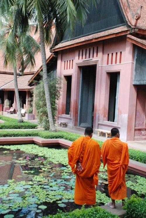 И монахи ходят по музеям...