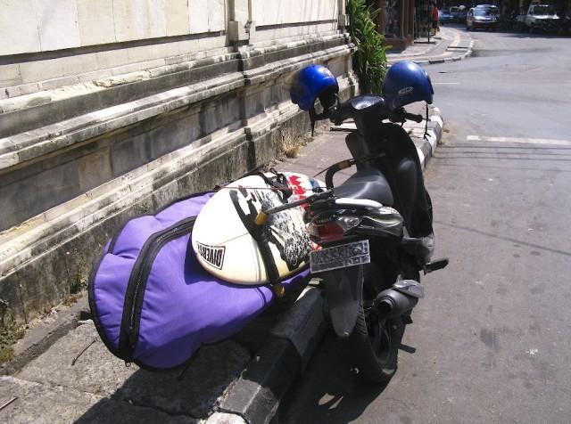 Серферские доски разъезжают на мотоциклах