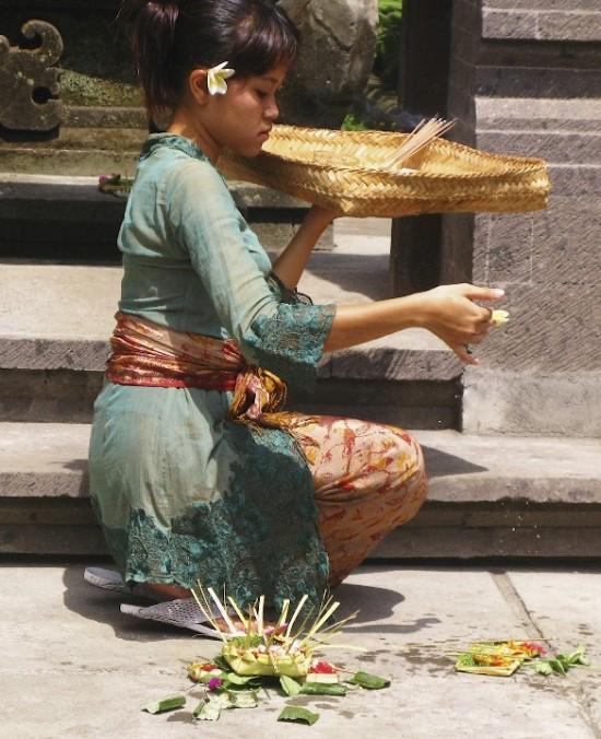 Чтобы совершить ритуал поклонения духам, нужно нарядно одеться