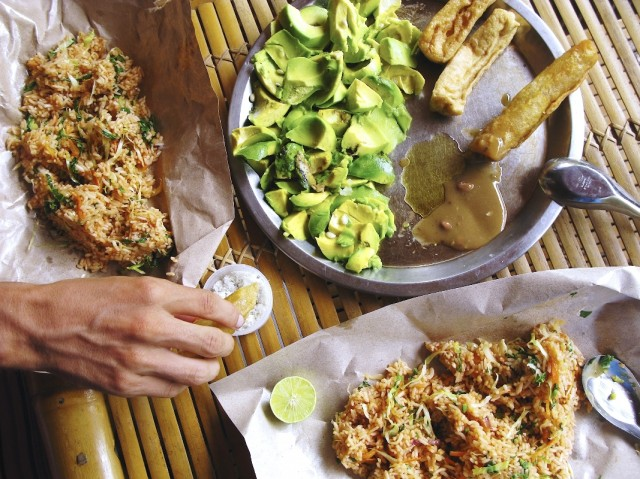 Жареный рис, тофу, авокадо