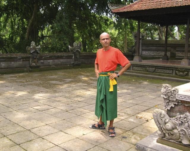 Заходить в балийский храм нужно в саронге