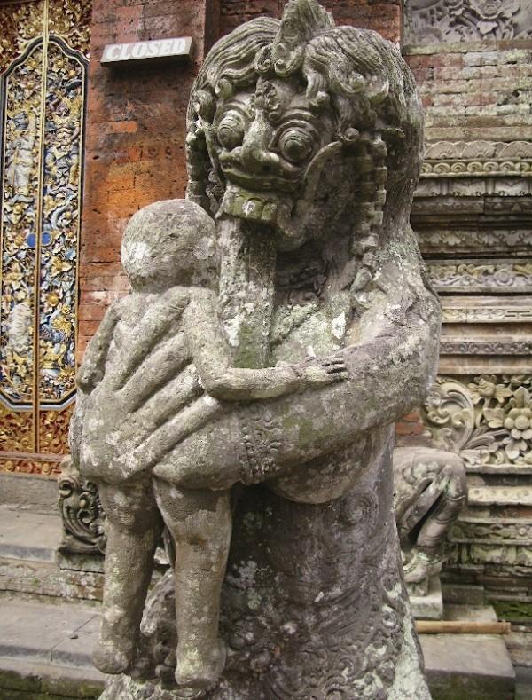 Дух, пожирающий младенцев. Скульптура возле Храма мертвых.