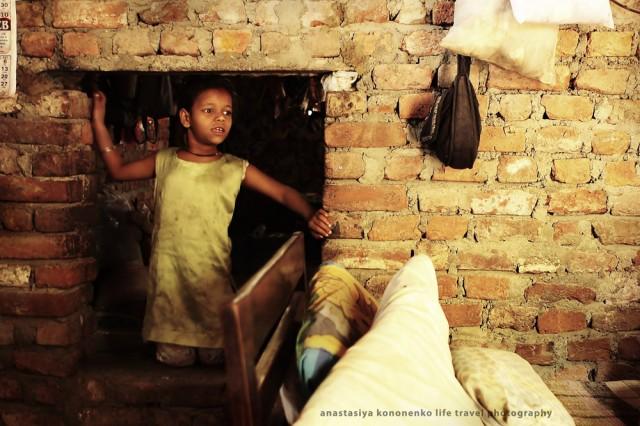 Девочка в проходе между комнатами