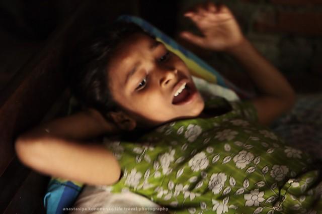 девочка на кровати дает указания по организации праздника