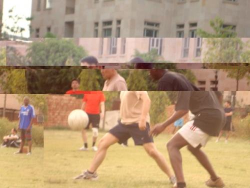 парни играют в футбол