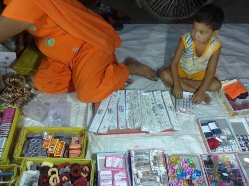 и молодежь обучается рупии считать