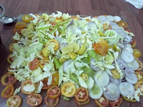 салат на куске грязного стекла