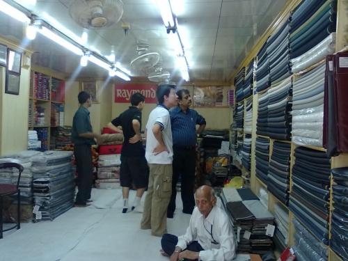 парни закупают ткань для костюмов