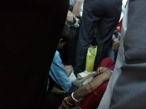 хоть в метро написано, что на полу нельзя сидеть, некоторые умудряются сидеть. Читать не умеют, наверное