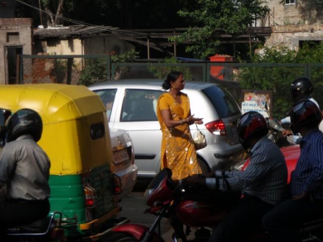 хиджра(мальчик-девочка) на работе