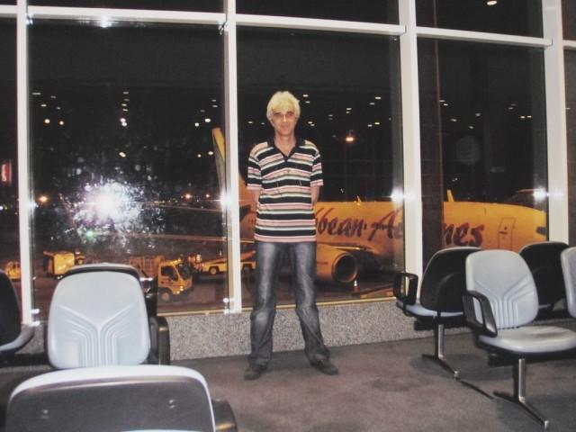 Я в аропорту Тринидада, за спиной мой самолёт до Нью-Йорка.Карибиан-Эйрлайн.