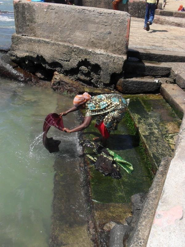 Тетенька стирает сари в Индийском океане
