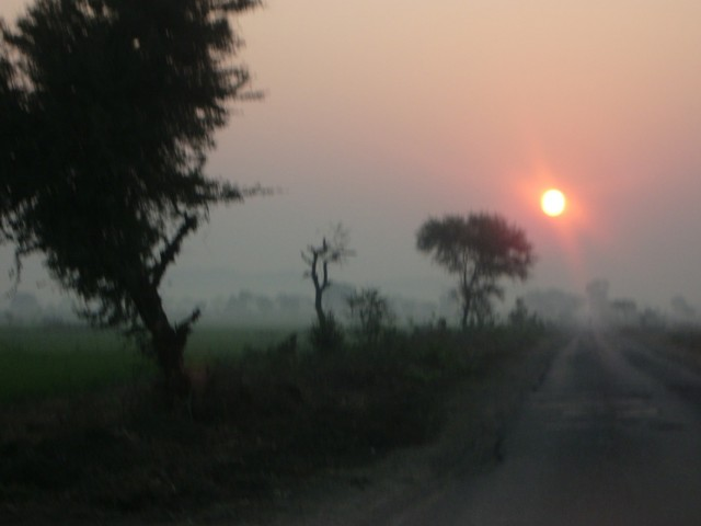 Восход над Кхаджурахо (по пути от Махобы)